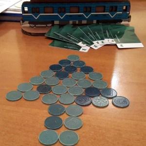 «По 2 жетона в одни руки»: В Киевском метро начали ограничивать количество жетонов, продаваемых в кассе одному пассажиру