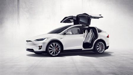 Автопилот Tesla предвидел аварию и помог водителю Model X избежать столкновения с впередиидущими автомобилями [запись с видеорегистратора]