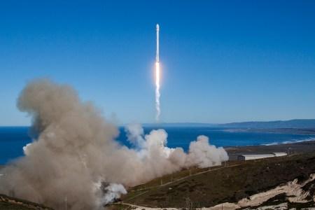 SpaceX впервые после осенней аварии запустила и посадила ракету Falcon 9