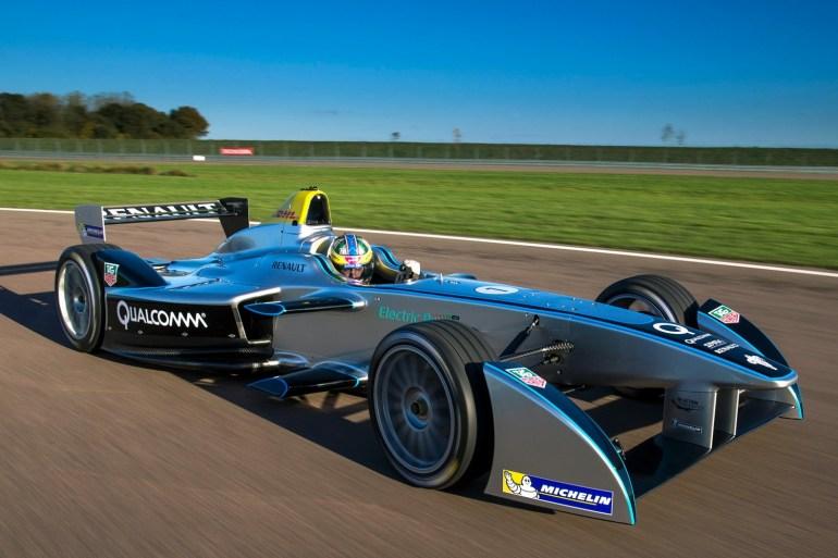 Новые электромобили Spark Racing для Formula E получат футуристический дизайн и аккумуляторы удвоенной емкости, которые наконец позволят проезжать полную дистанцию гонки