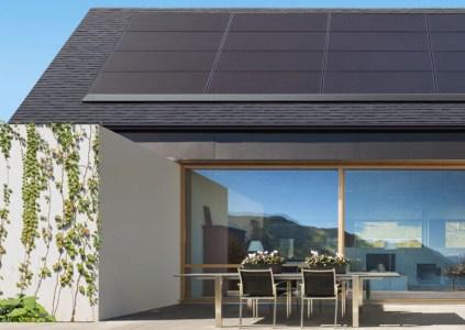 Tesla представила низкопрофильные солнечные панели для жилых домов, которые выделяются приятным дизайном и производятся эксклюзивно Panasonic