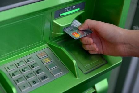 Ассоциация ЕМА: Украинцы стали заметно чаще платить банковскими картами и реже снимать наличные в банкоматах