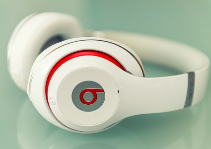 «Виноваты батарейки»: Apple отказала в компенсации австралийке, у которой на голове взорвались наушники Beats