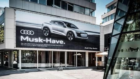 """""""Musk-Have"""": В Audi обыграли имя основателя Tesla, чтобы прорекламировать свой электрокроссовер E-tron Sportback"""