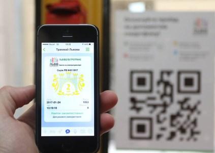 С начала года украинцы приобрели 100 тысяч электронных билетов на основе QR-кода для поездок в городском транспорте, юбилейный билет купили во Львове