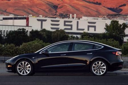 Илон Маск показал первую Tesla Model 3, сошедшую с конвейера