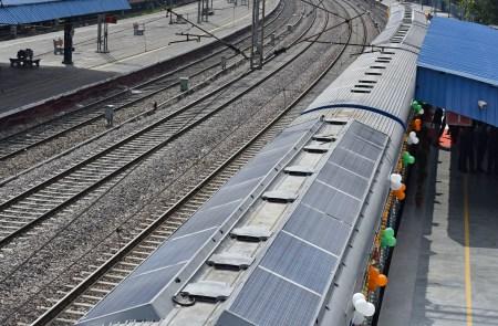 Индия запустила свой первый пассажирский поезд с солнечными батареями на крыше вагонов