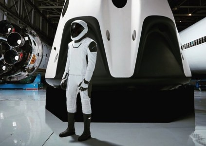 Опубликовано первое изображение скафандра SpaceX в полный рост