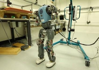 Исследователи научили двуногих роботов «чувствовать» свои тела и ходить более естественным образом
