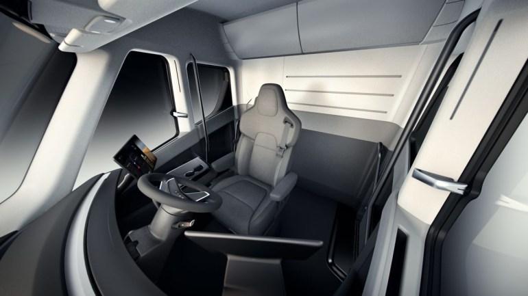 Tesla объявила цены на электрический грузовик Tesla Semi: $150 тыс. за версию с запасом хода 480 км, $180 тыс. - за 800 км и $200 тыс. за лимитированную Founders Series
