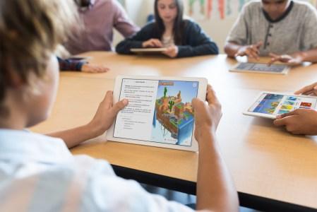 «Что такое компьютер?»: Apple сняла рекламу планшета iPad Pro, который по ее мнению уже способен заменить современным детям ноутбуки