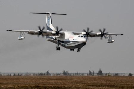 Крупнейший в мире самолет-амфибия AG600 совершил свой первый полет