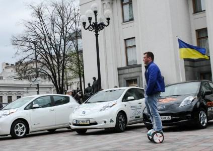 Государственная фискальная служба Украины рассчитала стоимость новых и б/у электромобилей на примере Nissan Leaf и Tesla Model S