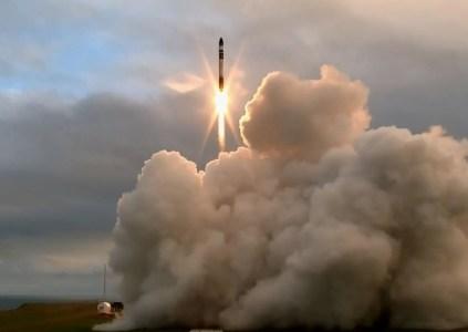 Rocket Lab пытается второй раз запустить ракету Electron, но пока без особого успеха