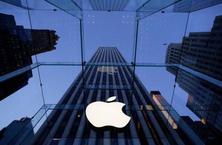 Apple вернет в США иностранный капитал, заплатив крупнейший в истории налог (около $38 млрд), построит новый кампус и создаст более 20 000 новых рабочих мест