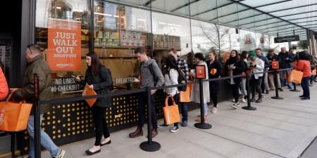 Автоматический магазин Amazon Go, обещавший отсутствие очередей, столкнулся с очередями в первый день работы (+ история про «украденный» йогурт)
