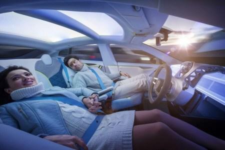 Ученые из Мичиганского университета запатентовали систему против укачивания в беспилотных автомобилях на основе световодов и специальных очков
