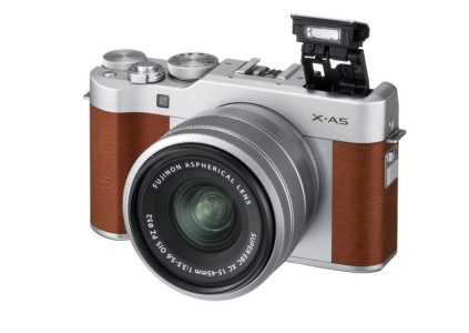 Fujifilm анонсировала беззеркальную камеру X-A5 и первый в серии X моторизованный зум-объектив