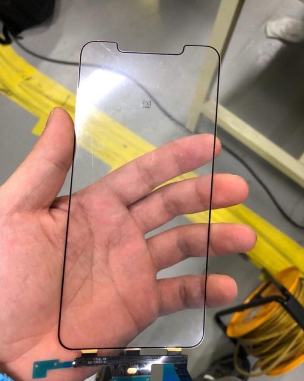 На фабрике LG во Вьетнаме сфотографировали OLED-экран будущего 6,5-дюймового смартфона iPhone X Plus с характерным вырезом
