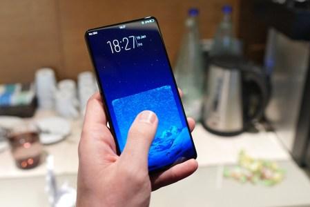 На выставке MWC 2018 показали концепт смартфона Vivo APEX с фронтальной камерой-перископом и встроенным сканером отпечатков размером в пол-экрана