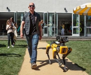 Фото: Джефф Безос гуляет с роботом-собакой Boston Dynamics на конференции MARS 2018