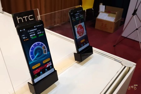 Смартфон HTC U12 получит новый дизайн с белым матовым стеклом, который поможет ему выделяться на фоне других стеклянных моделей
