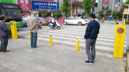 В Китае придумали опрыскивать пешеходов водой, чтобы те не ходили через дорогу на красный