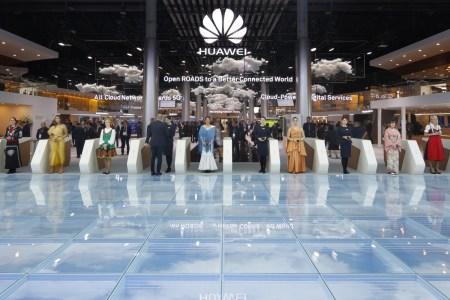 Huawei собирается представить первый в мире сгибаемый смартфон уже в ноябре, Samsung ответит не раньше следующего года