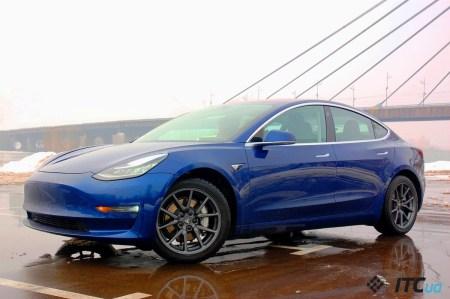 Tesla обновила прошивку Model 3. Теперь управлять автопилотом и зеркалами заднего вида можно прямо с руля