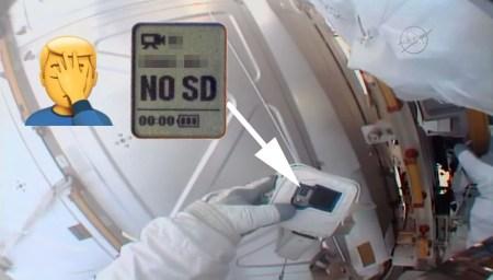 """«А если """"Нет SD""""? Что это значит?». Астронавт NASA вышел в открытый космос с камерой, но забыл вставить в нее карту памяти"""