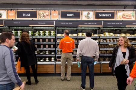 Bloomberg: Amazon начала подменять менеджеров ботами