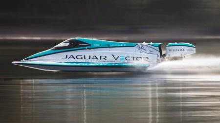 Катер Jaguar установил мировой рекорд скорости на воде среди лодок с электромотором
