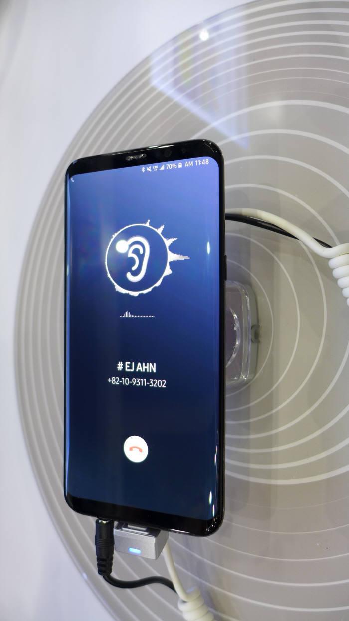 Смартфонам Samsung Galaxy S10 и LG G8 приписывают «говорящие» дисплеи, занимающие 100% площади лицевой панели