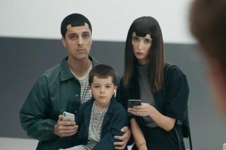 Samsung выпустила три новых юмористических ролика Ingenius, в которых троллит iPhone X за «челку», отсутствие сплит-скрина и слота для microSD