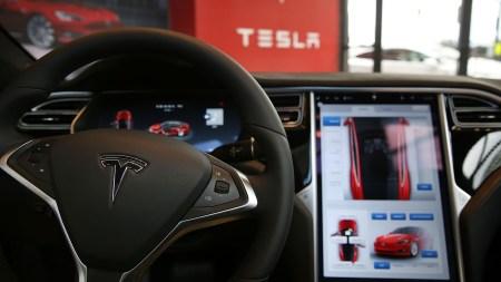 Неудачное обновление вывело из строя автопилот Tesla