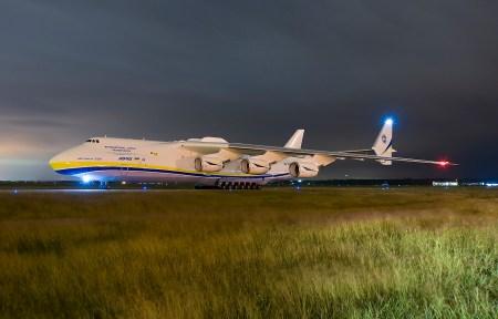 Украинский супертранспортник Ан-225 «Мрия» совершил 13-часовой беспосадочный перелет в США, преодолев 10 тыс. км