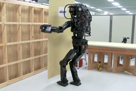 Японский робот-гуманоид HPR-5P обшивает стены гипсокартоном