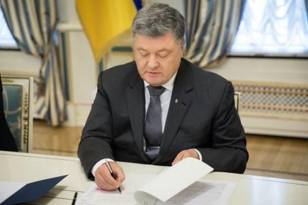 Обновлено: Порошенко подписал указ про введение военного положения на 30 дней