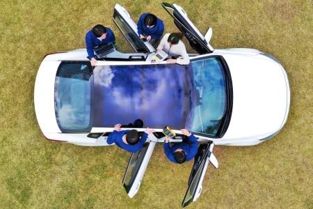 Hyundai и Kia начнут оснащать свои автомобили солнечными крышами и капотами начиная с 2019 года