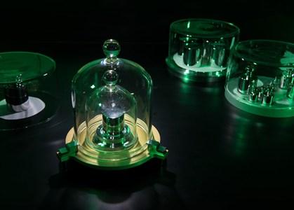 Ученые отказались от материального эталона килограмма, а заодно переопределили ампер, кельвин и моль