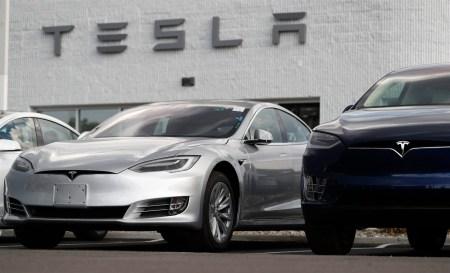 Tesla внесла коррективы в стоимость электрокаров Model S и Model X, сократив более доступные для заказа опции, и выпустила брелок для Model 3, наряду с режимом Track Mode