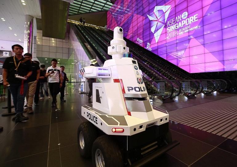 """Саммит ASEAN 2018 охраняет местный """"робокоп"""""""