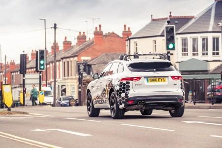 Система GLOSA от Jaguar Land Rover облегчит водителям проезд светофоров