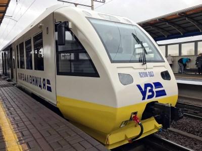 Один из новых рельсобусов Kyiv Boryspil Express не проработал на маршруте и суток. Он сломался вскоре после отправления и ехал в Борисполь уже на буксире (почти два часа!)