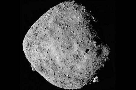 Космический зонд OSIRIS-REx уже обнаружил признаки воды на астероиде Бенну