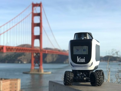 В калифорнийском городе Беркли робокурьер KiwiBot загорелся, выполняя заказ