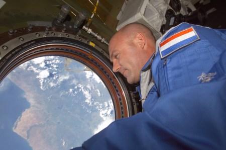 Астронавт Андре Кейперс рассказал, как однажды по ошибке позвонил из космоса в службу спасения США