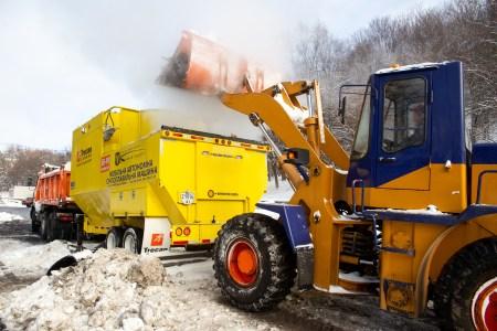 В Киеве успешно испытали первую в Украине мобильную снегоплавильную установку. Она «съедает» до 60 тонн снега в час