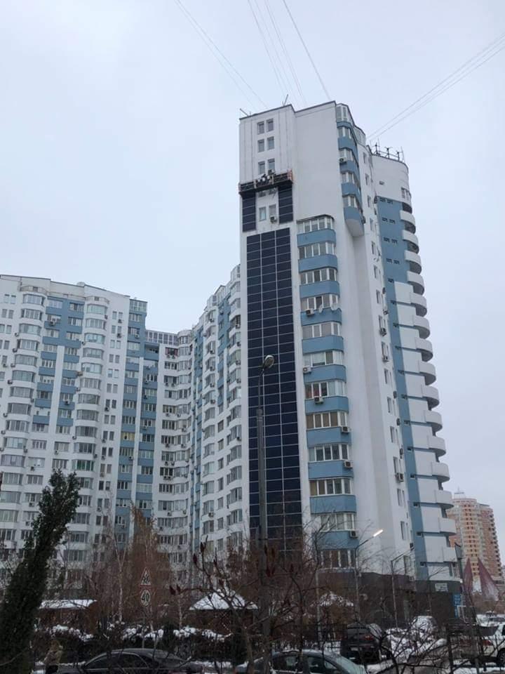 В Киеве часть фасада огромного жилого комплекса «утеплили» солнечными панелями общей мощностью 225 кВт. Это должно вдвое снизить затраты дома на отопление