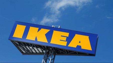Итальянское подразделение IKEA выпустило лимитированную серию синих сумок по мотивам неудачного поста на Facebook